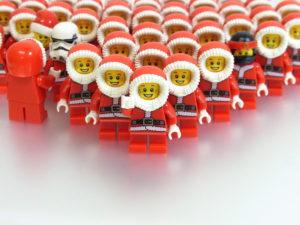 サンタの弟子の集合写真。おかしなメンバーがいる?