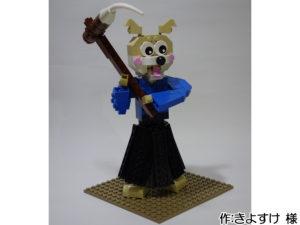 お餅をつく青い袴の犬。杵についたお餅を角とコーンのパーツで表現しています。