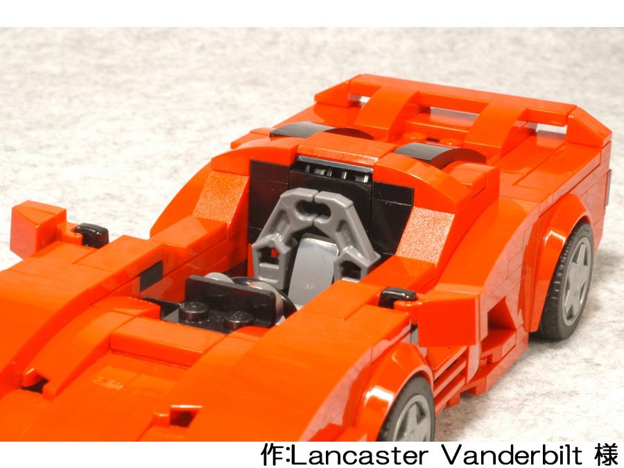 赤いスーパーカーの運転席。メカニカルアームがバケットシートに見立てられています。