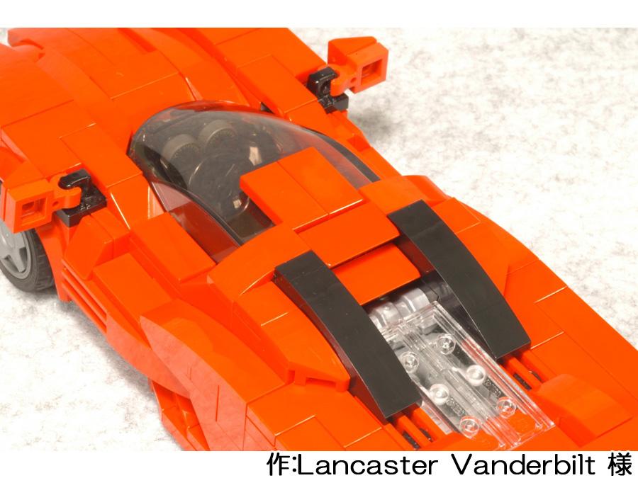 赤いスーパーカーを上から。リアのウィンドウからはエンジンが見えます。