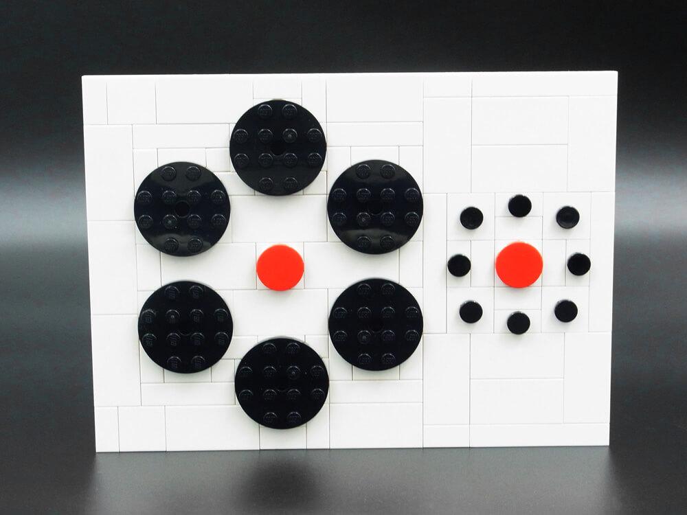 エビングハウス錯視のレゴ作品。大きな円に囲まれると、小さな円に囲まれた同じものより小さく見えます。
