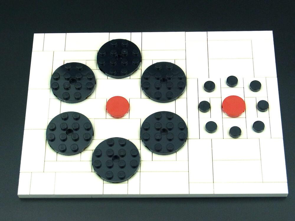 エビングハウス錯視のレゴ作品を色味を変えて写したもの。ブロックの目地が見えると同じサイズだと分かります。