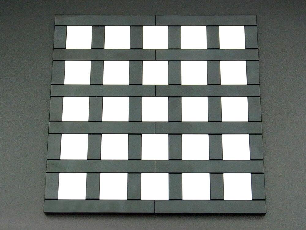 ヘルマン格子錯視のレゴ作品の色味を変えて写したもの。実際には交差点も黒いタイルなのが分かります。