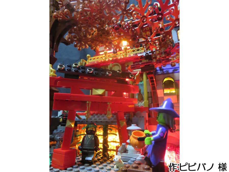 ハロウィンと日本の秋が融合した作品。紅葉に彩られた木と鳥居が和の雰囲気を感じさせます。