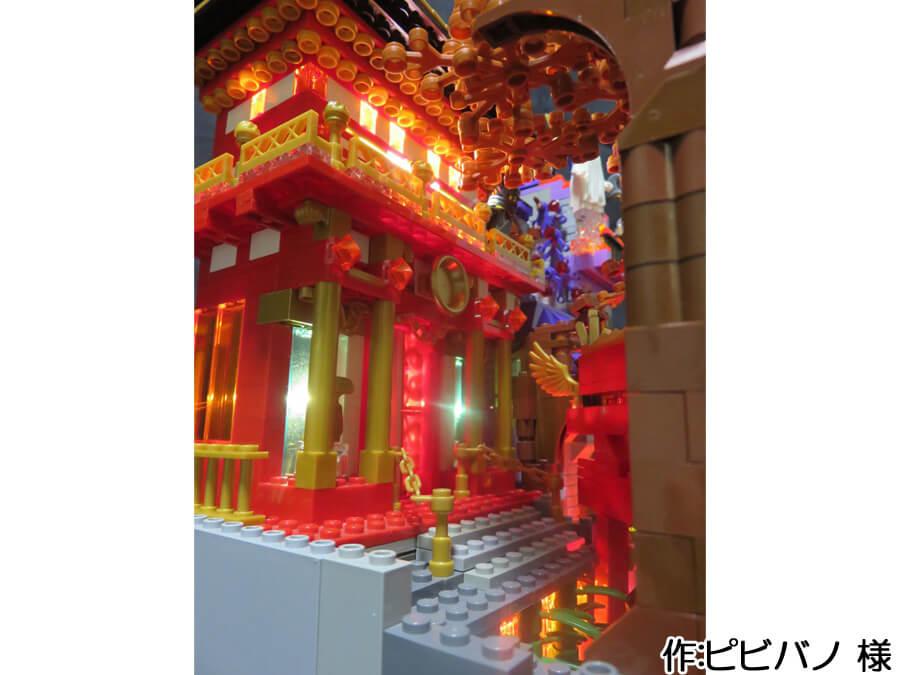 ハロウィンと日本の秋が融合した作品。赤と金で作られた作品の奥にはホワイトのLEDが配置されており神秘的です。