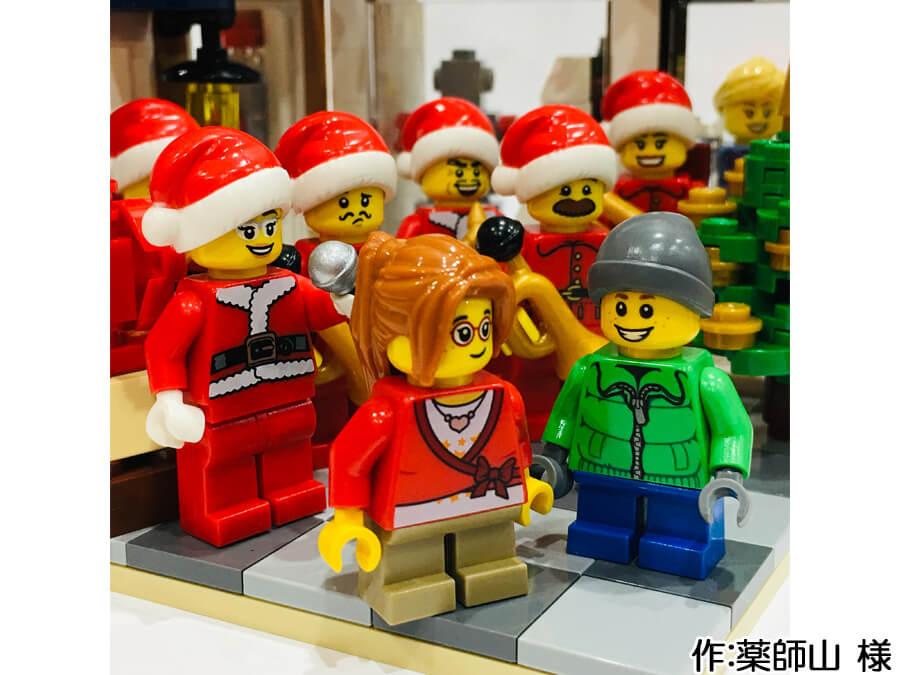 サンタに扮した音楽隊が街角の広場に集まるクリスマス作品。広場には子供たちが集まってきました。