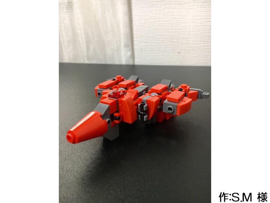 赤い人型のミニロボ作品。戦闘機モードにも変形できます。