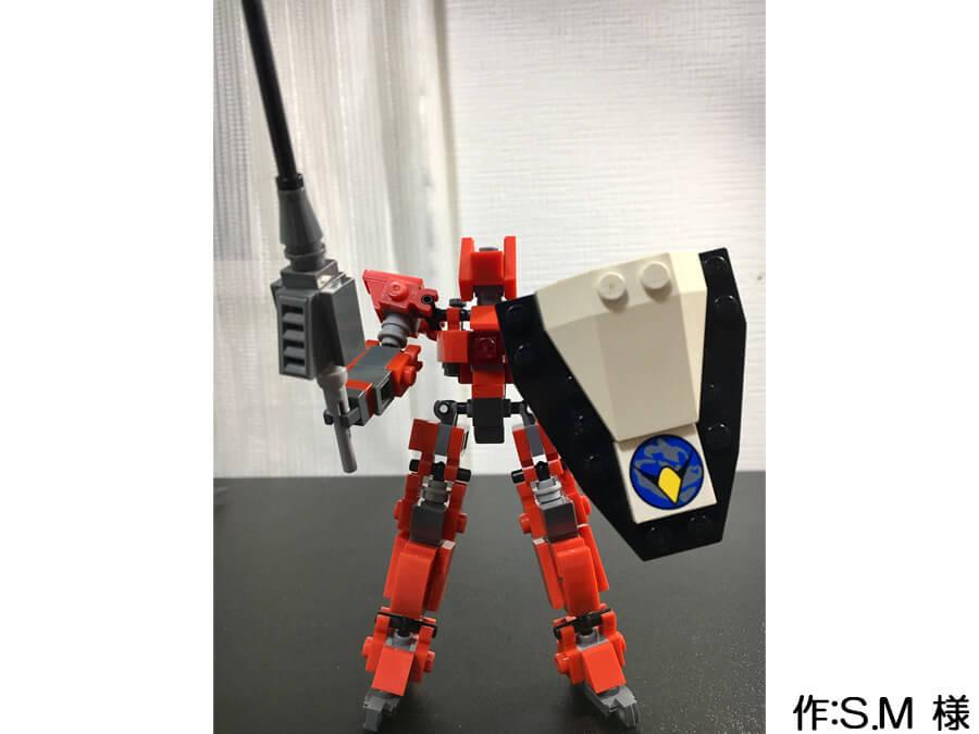 赤い人型のミニロボ作品。大きな剣と盾が、ヒーローらしい雰囲気です。