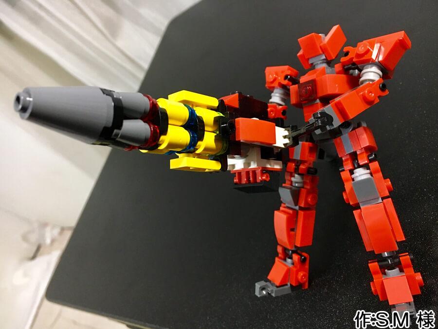 赤い人型のミニロボ作品。スーパーロボットらしい、両手持ちの大きな銃を持っています。