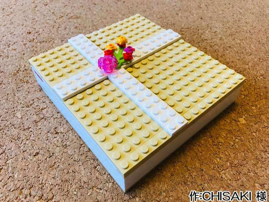 プレゼント箱の中に花畑を作った作品。外側は16×16スタッドの箱で、リボンの代わりに花が添えられていrます。