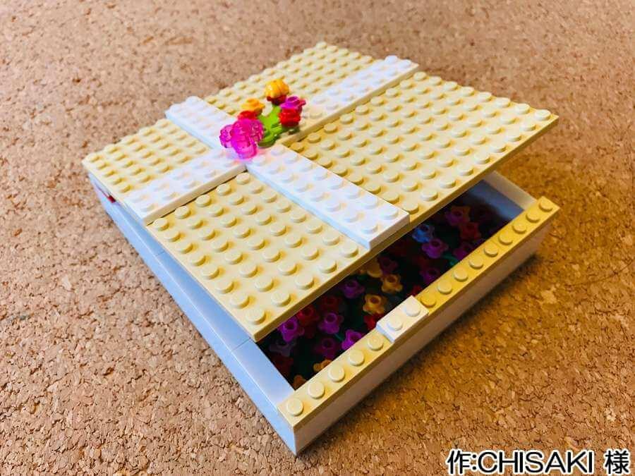 プレゼント箱の中に花畑を作った作品。端は開けやすいようにスタッドが配置されています。