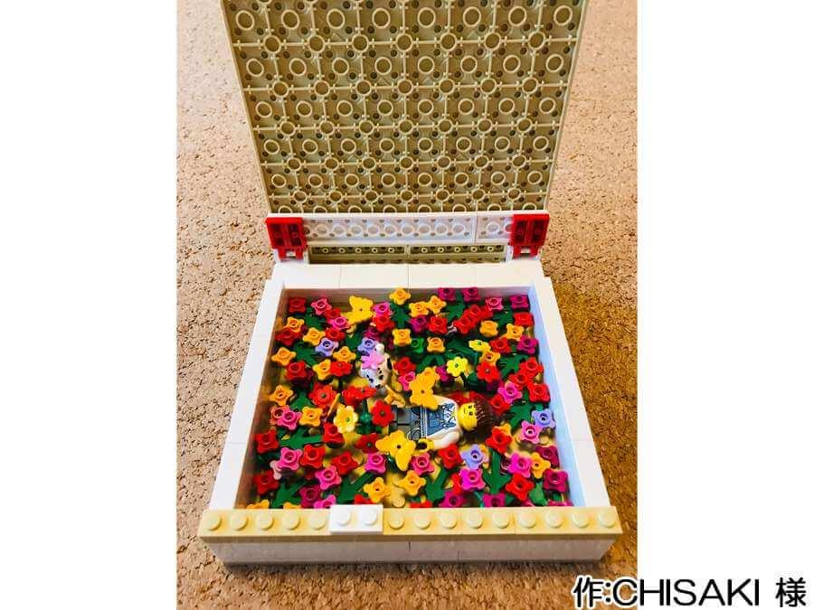プレゼント箱の中に花畑を作った作品。裏側にはヒンジが取り付けられ、開閉の途中で止められるようになっています。