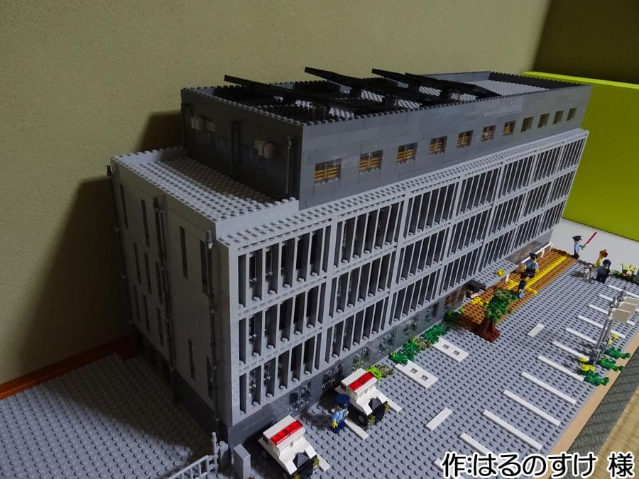 厚木警察署新庁舎の再現作品。屋根の上のソーラーパネルまで作られています。