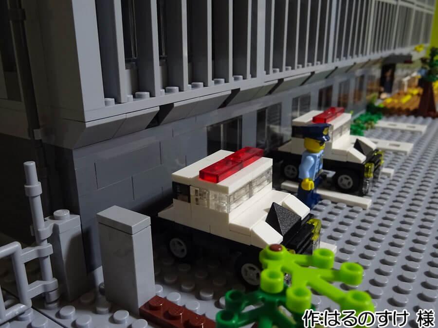 2018年末に完成した厚木警察署新庁舎の再現作品。駐車場にはパトカーが停まっています。