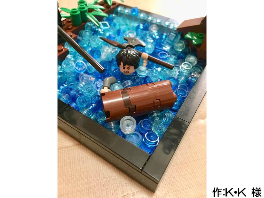 冒険の旅の途中、川を渡る3人の作品。川に溺れる人は、頭と腕と手をバラバラに使うことで表現されています。