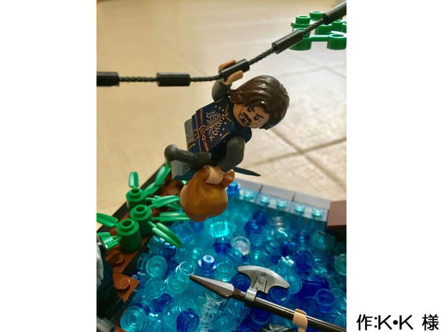 冒険の旅の途中、川を渡る3人の作品。ロープで川を渡る人は、剣と荷物を携えています。