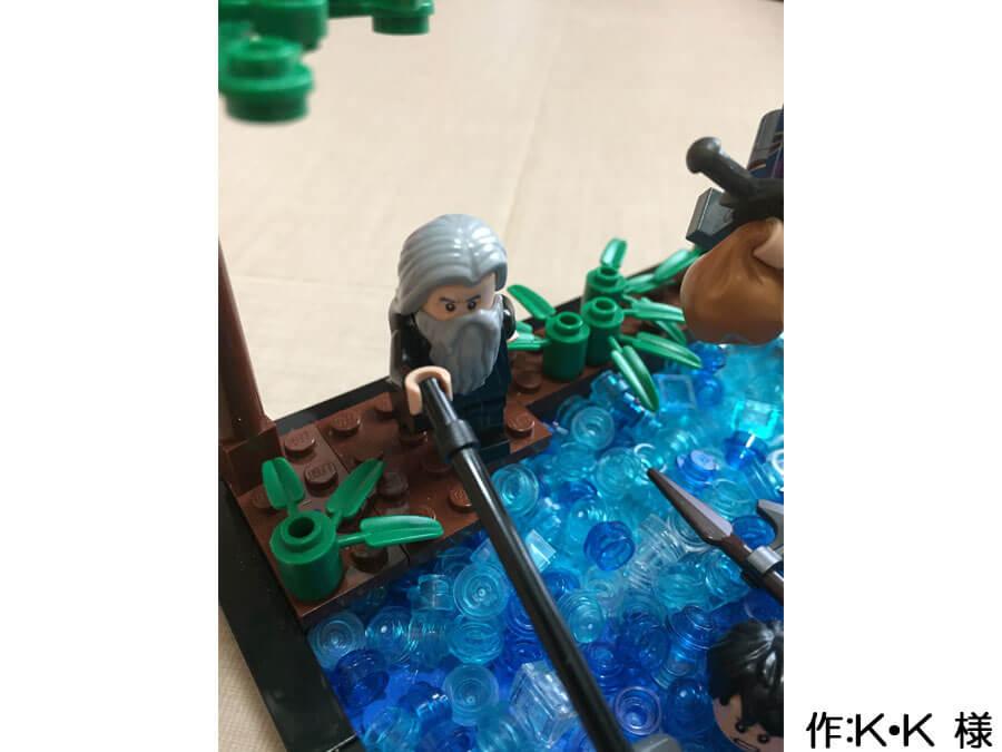 冒険の旅の途中、川を渡る3人の作品。溺れる人を助けようと、棒を伸ばす人。