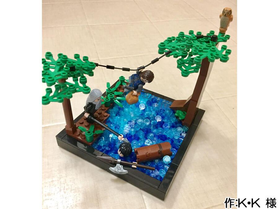 冒険の旅の途中、川を渡る3人の作品。溺れていた人は棒を掴み、助かることができそうです。